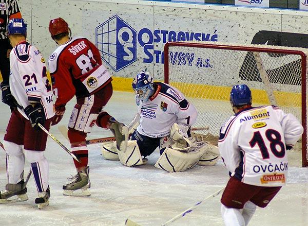Michal Šúrek uhýbá kotouči vypálenému Martinem Piechou